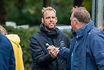 BLOEMENDAAL  -  coach Daan Sabel (Pinoke) met coach Jeroen Visser (Bldaal) voor de hoofdklasse competitiewedstrijd vrouwen , Bloemendaal-Pinoke (1-2) . COPYRIGHT KOEN SUYK