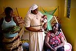 BURKINA FASO , Bobo Dioulasso, Good Shepherd Sisters / Die Schwestern vom Guten Hirten, Zentrum fuer Frauen und Maedchen, SR. YVONNE CLEMENCE BAMBARA, und ALIMA (in hellblau) mit Baby DAVIDE