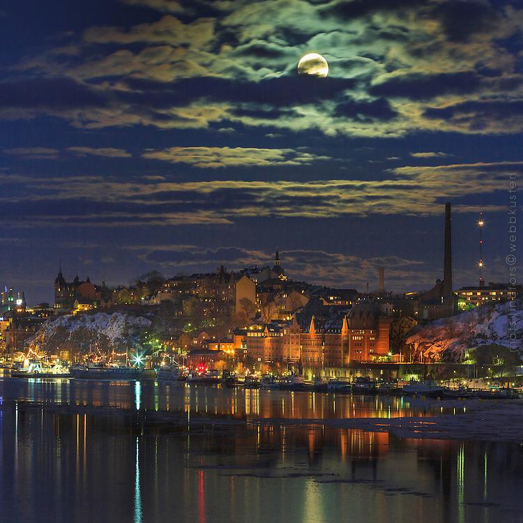 Stor fullmåne över Mariaberget på Södermalm i Stockholm.