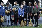 VidiPhoto<br /> <br /> ALMERE &ndash; Zo&rsquo;n 100 basisschoolleerlingen gingen woensdag op diverse plekken in Almere aan de slag om 200.000 tulpenbollen in zes verschillende kleuren te planten. Alle 40 woonwijken van de stad krijgen een eigen tulpenveld. Daarmee is het startschot gegeven voor de Nationale bollenplantweken van de Koninklijke Algemeene Vereeniging voor Bloembollencultuur (KAVB). Met het planten van bollen van tulpenkwekers uit de Flevopolder wil de gemeente Almere de wereldtuinbouwtentoonstelling Floriade 2022 ook in de woonwijken zichtbaar maken. In het voorjaar van 2018 komen alle tulpen voor het eerst tot bloei. Flevoland is de provincie met de hoogste tulpenproductie van Nederland.