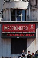 SÃO PAULO -SP-11,09,2014-IMPOSTÔMETRO- O Imposto que o brasileiro paga chega a marca de 1 trilhão.No viaduto boa vista ,região central da cidade de São Paulo,na manhã dessa quinta-feira,11 (Foto:Kevin David/Brazil Photo Press)