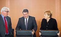 Berlin, Aussenminister Frank-Walter Steinmeier (SPD), Bundeswirtschaftsminister und Vizekanzler Sigmar Gabriel (SPD) und Bundeskanzlerin Angela Merkel (CDU) am Mittwoch (17.09.2014) im Bundeskanzleramt vor der Kabinettsitzung. Foto: Steffi Loos/CommonLens