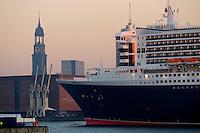 4415/ Queen Mary 2: EUROPA, DEUTSCHLAND, HAMBURG, (EUROPE, GERMANY), 09.11.2005: Am 09.11.2005 besuchte die Queen Mary 2 Hamburg, um bei Blohm & Voss Reparaturen durchzufuehren. Sie ist mit 345 m das groesste Passagierschiff der Welt. Durch zu niedrigen Wasserstand der Elbe, Tiedehafen, musste das Passagierschiff eine Nacht am Strandkai anlegen und auf die naechste Flut warten. Bei Sonnenaufgang ging die kurze Fahrt vorbei an Hamburgs Skyline. Vorbei am Michel, St. Michelis, Kaispeicher A, Elbphilharmonie