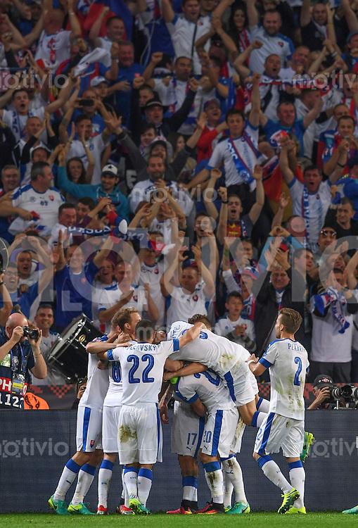 FUSSBALL EURO 2016 GRUPPE B IN LILLE Russland - Slowakei     15.06.2016 Die Spieler der Slowakei bejubeln ihrer Treffer vor der eigenen Fankurve