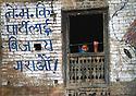 Blå skrift på veggen i Kathmandu, dame kikker