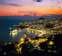 Portugal, Madeira, Funchal: View over Town and Harbour at Night | Portugal, Madeira, Funchal: Stadtansicht bei Nacht