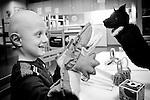 Un enfant joue avec la « Sensibox » au service d'hémato-cancéroplogie du CHU de Rennes...Dans ce service d'hémato-cancérologie pédiatrique, l'équipe a souhaité compléter et enrichir les moyens non-médicamenteux de prise en charge de la douleur déjà utilisés. Une boîte nommée « Sensibox » a été mise en place pour permettre à l'équipe de disposer de nombreux autres moyens de distraction...Objectifs :.- Chercher avec l'enfant à défocaliser son attention des éléments désagréables du soin, pour se concentrer sur des perceptions agréables et ainsi enregistrer un souvenir positif du soin..- Développer les compétences relationnelles des soignants pendant un soin douloureux. Le soignant «distracteur» doit développer les capacités nécessaires pour mobiliser fortement l'attention de l'enfant..- Diminuer la douleur et l'anxiété liées aux soins..- Développer une meilleure coopération de l'enfant avant, pendant et après le soin..- Diminuer l'anxiété des parents et favoriser leur participation active s'ils le souhaitent.