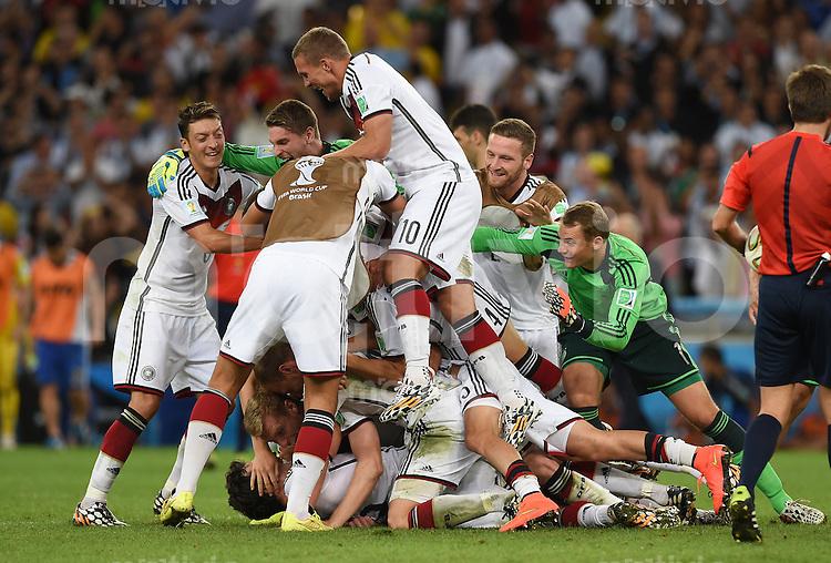 FUSSBALL WM 2014                FINALE Deutschland - Argentinien     13.07.2014 Mesut Oezil, Lukas Podolski und Torwart Manuel Neuer (v.l., alle Deutschland) jubeln mit ihren Mannschaftskameraden