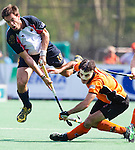 BLOEMENDAAL - EHL Hockey. Marcel Balkestein (r) van OZ en Manel Terrazza Farre (l)  tijdens  achtste finale tussen Oranje Zwart uit Eindhoven en het Spaanse RC Polo de Barcelona. OZ wint na shoot-outs. COPYRIGHT KOEN SUYK