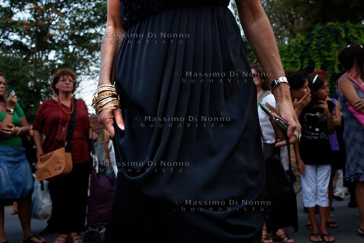 Venezia: una signora in abito da sera durante la sessantottesima edizione della mostra del cinema di Venezia