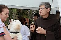 ATENÇÃO EDITOR: FOTO EMBARGADA PARA VEÍCULOS INTERNACIONAIS. SAO PAULO, 04 DE OUTUBRO DE 2012 - DIA DE SAO FRANCISCO - Fieis levam animais para serem benzidos na Paroquia de Sao Francisco, na Vila Mariana, regiao sul da capital, na tarde desta quinta feira, dia de Sao Francisco. FOTO: ALEXANDRE MOREIRA - BRAZIL PHOTO PRESS