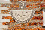 Zegar słoneczny na południowej ścianie ratusza na rynku w Sandomierzu, Polska<br /> Sundial on the south wall of town hall on the market place in Sandomierz, Poland