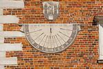 Zegar słoneczny na południowej ścianie ratusza na rynku w Sandomierzu, Polska<br /> Sundial on the south wall of town hall on the market place in Sandomierz, Poland