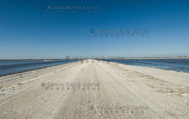 Aigues Mortes- Le strade che attraversano le saline completamente imbiancate dal sale.