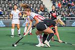 AMSTELVEEN - Laura Nunnink (OR) met Charlotte Vega (Adam) tijdens de hoofdklasse hockeywedstrijd dames,  Amsterdam-Oranje Rood (2-2) .   COPYRIGHT KOEN SUYK
