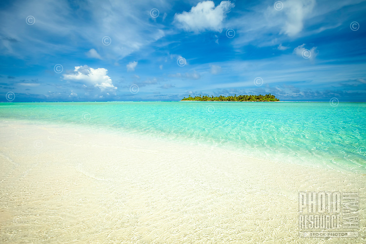 Maina Island as seen from the beach of Honeymoon Island, Aitutaki Lagoon, Aitutaki Atoll, Cook Islands.