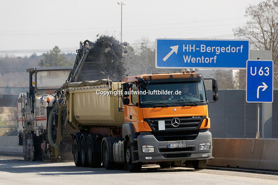 Deckenerneuerung der BAB 25:EUROPA, DEUTSCHLAND, HAMBURG, BERGEDORF 15.04.2013: Deckenerneuerung der BAB 25, Abfraesen der alten Ashaltdecke von der Autobahn, LKW, Spezialfahrzeug, Fraese
