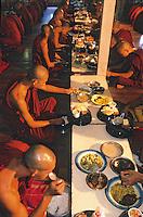 """Asie/Birmanie/Myanmar/Haute Birmanie/Env Mandalay/Amarapura: Monastère """"Maha Gandayon"""" - Le repas des moines"""