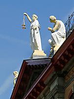 Vrouwe justitia op het voormalig gerechtsgebouw in Rotterdam