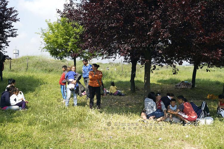 Roma, 29 Aprile 2011. Via De Chirico.Dopo lo Sgombero di Via Severini il 18 Aprile, molte famiglie rom Romene vivono nei prati del quartiere.