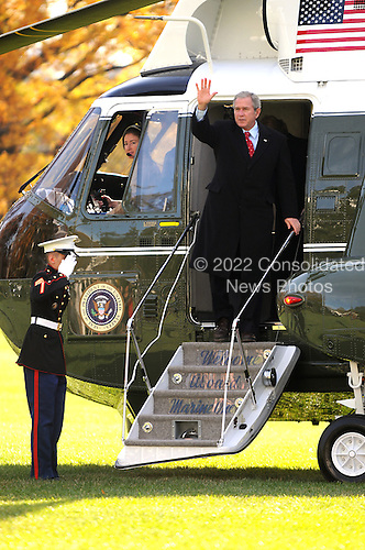 Washington, D.C. - November 24, 2007 -- United States President George W. Bush and first lady Laura Bush return to White House aboard Marine 1 in Washington, D.C. after spending the Thanksgiving holiday at the Presidential retreat at Camp David on Saturday, November 24, 2007..Credit: Ron Sachs / CNP
