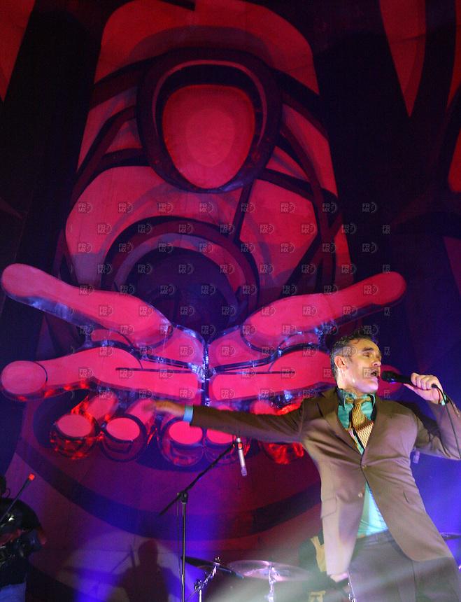 Morrisey canta durante su concierto en el Centro Cultural Siqueiros de la ciudad de México, el 16 de noviembre de 2006. Foto: Alejandro Meléndez