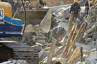 GUARULHOS, SP, 03.12.2013 - DESABAMENTO GUARULHOS - Bombeiros trabalham no local do desabamento de um prédio de cinco andares em construção na Avenida Presidente Castelo Branco, na Vila Augusta, região central de Guarulhos. Um operário continuava desaparecido às 23 horas de ontem e as buscas nos escombros deveriam prosseguir de madrugada. Por causa do desmoronamento, oito imóveis que ficavam na rua paralela à da construção tiveram de ser interditados.(Foto: Geovani Velasquez / Brazil Photo Press).