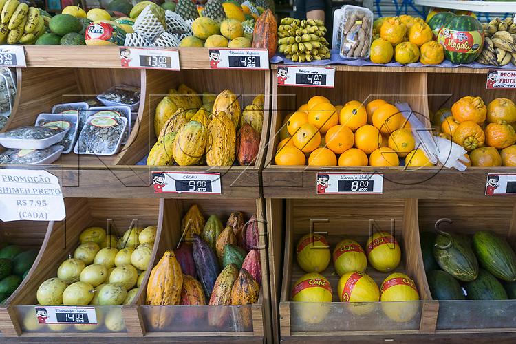 Frutas á venda em quitanda no Bairro da Liberdade, São Paulo - SP, 07/2016.