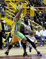 BOGOTA - COLOMBIA - 21-02-2013: Jeff Junbulleh (Der.) de Piratas de Bogotá, disputa el balón con Stalin Ortiz (Izq.) de Bambuqueros de Neiva, febrero 21 de 2013. Piratas y Bambuqueos inauguraron la Liga Directv Profesional de baloncesto en partido jugado en el Coliseo El Salitre. (Foto: VizzorImage / Luis Ramírez / Staff). Jeff Junbulleh (R) Pirates of Bogotá, fights for the ball with Stalin Ortiz (L) of Bambuqueros of Neiva, February 21, 2013. Pirates and Bambuqueos opened the Directv Professional League basketball, game at the Coliseum El Salitre. (Photo: VizzorImage / Luis Ramirez / Staff). .