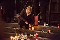 Gedenken am Dienstag den 19. Dezember 2017 anlaesslich des 1. Jahrestag des Terroranschlag auf den Weihnachtsmarkt auf dem Berliner Breitscheidplatz am 19.12.2016 durch den Terroristen Anis Amri.<br /> Im Bild: Eine Frau entzuendet Kerzen am Gedenkort.<br /> 19.12.2017, Berlin<br /> Copyright: Christian-Ditsch.de<br /> [Inhaltsveraendernde Manipulation des Fotos nur nach ausdruecklicher Genehmigung des Fotografen. Vereinbarungen ueber Abtretung von Persoenlichkeitsrechten/Model Release der abgebildeten Person/Personen liegen nicht vor. NO MODEL RELEASE! Nur fuer Redaktionelle Zwecke. Don't publish without copyright Christian-Ditsch.de, Veroeffentlichung nur mit Fotografennennung, sowie gegen Honorar, MwSt. und Beleg. Konto: I N G - D i B a, IBAN DE58500105175400192269, BIC INGDDEFFXXX, Kontakt: post@christian-ditsch.de<br /> Bei der Bearbeitung der Dateiinformationen darf die Urheberkennzeichnung in den EXIF- und  IPTC-Daten nicht entfernt werden, diese sind in digitalen Medien nach §95c UrhG rechtlich geschuetzt. Der Urhebervermerk wird gemaess §13 UrhG verlangt.]