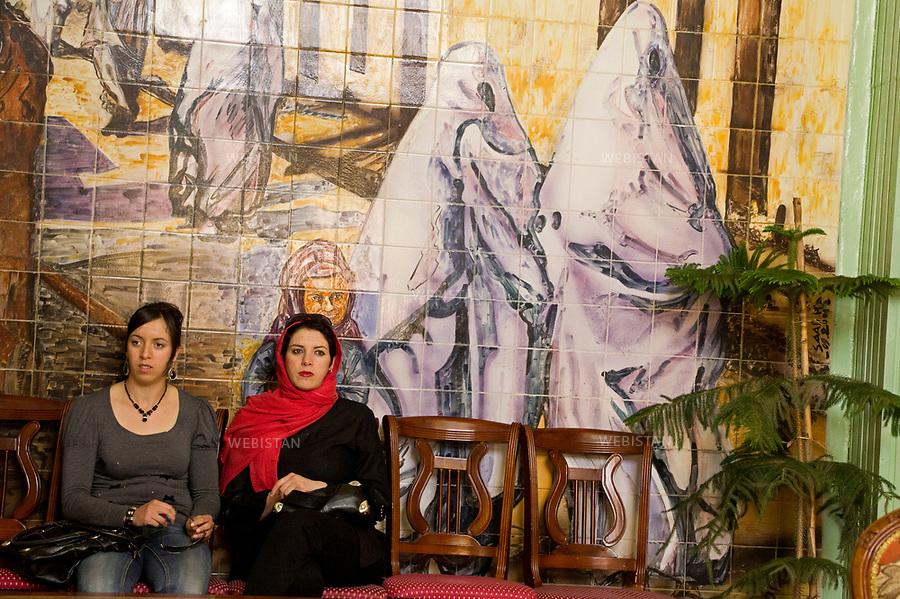 Algerie. Mascara. 15 avril 2011. Au centre culturel de la ville de Mascara, deux jeunes femmes sont venues rencontrer et ecouter  Yasmina Khadra, accueilli par une audience enthousiaste et passionnee alors qu'il donnait une conference.<br /> <br /> <br /> Algeria, Mascara. April 15th 2011. At the cities cultural center two young women have come to meet and listen to Yasmina Khadra, welcomed by a passionate and enthusiastic audience while giving a lecture.