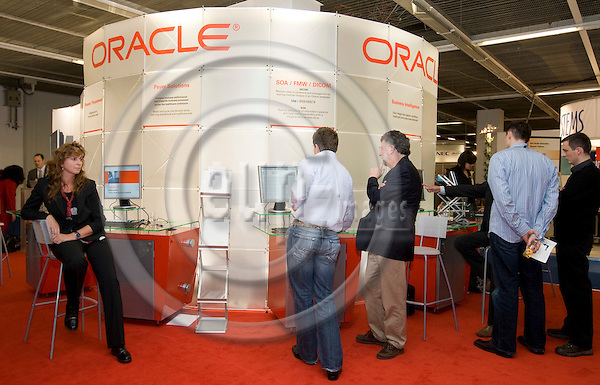 VIENNA - AUSTRIA - 22 OCTOBER 2007 -- The World of Health IT Conference & Exhibition 2007 - (WHIT07) 22-25 October 2007 Austria Center, by The Healthcare Information and Management Systems Society (HIMSS). --  Opening of the Exhibition. - The Oracle stand. -- PHOTO: JUHA ROININEN / EUP-IMAGES
