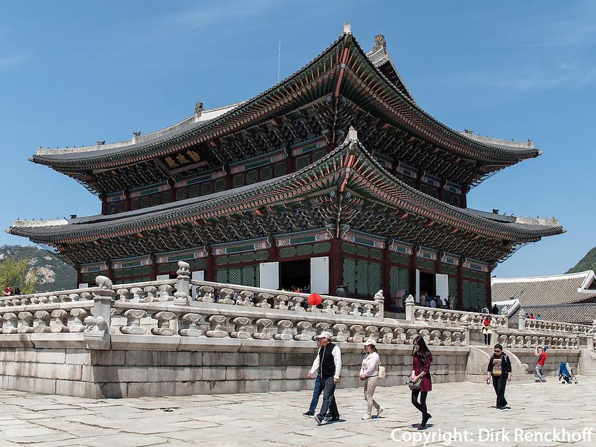 Steinterrasse und Thronhalle Geunjeongmun im Palast  Gyeongbukgung in Seoul, S&uuml;dkorea, Asien<br /> Stone terrace and throne hall Geunjeongmun  in palace Gyeongbukgung in Seoul, South Korea, Asia