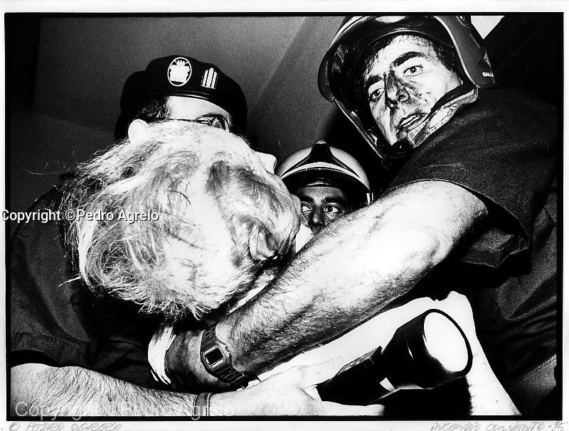 Archivo analogico. Copia en papel RC Nº3. En la imagen unos bomberos auxilian a una mujer en un incendio en Lugo