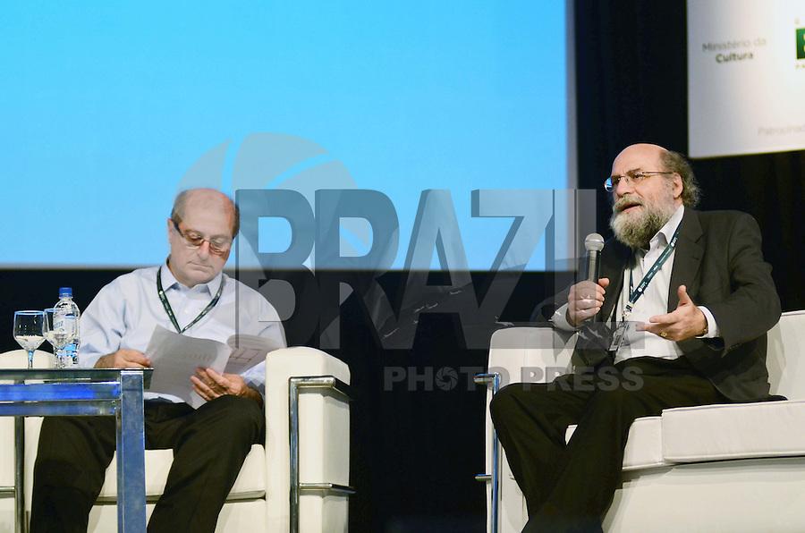 SÃO PAULO, SP, 07 DE FEVEREIRO DE 2012 - CAMPUS PARTY - DEBATE - INOVACAO TECNOLOGICA FORCA MOTRIZ PARA O DESENVOLVIMENTO ECONOMICO  - Ministro das comunicações Paulo Bernardo (E), e o diretor-presidente do Núcleo de Informação e Coordenação do Ponto BR Demi Getschko (D) durante debate - Inovação tecnológica: força motriz para o desenvolvimento econômico no Campus Party, no Anhembi em Sao Paulo, na tarde desta terça-feira. (FOTO: ALEXANDRE MOREIRA - NEWS FREE).