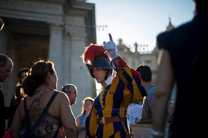 Roma, 7 Settembre, 2013. Una Guardia Svizzera in Piazza San Pietro