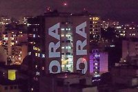 Rio de Janeiro (RJ), 21/03/2020 - Protesto-Rio - Palavras de conscientizacao sobre o comportamento da populacao em relacao ao coronavirus e protestos a favor da saida do presidente Jair Bolsonaro aparecem projetadas em predio de Laranjeiras, zona sul do Rio de Janeiro na noite deste sabado (21). (Foto: Ellan Lustosa/Codigo 19/Codigo 19)
