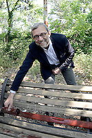 Roma, 7 Maggio 2016<br /> Il candidato a sindaco di Roma Roberto Giachetti dipinge con i cittadine e le cittadine di Casal De' Pazzi in Viale Marx, una panchina rossa contro il femminicidio e la violenza sulle donne.<br /> Rome, May 7, 2016<br /> The candidate for mayor of Rome Roberto Giachetti paints with the citizens of Casal de 'Pazzi in Viale Marx, a red bench against femicide and violence against women.