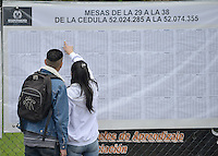 BOGOTÁ -COLOMBIA. 25-05-2014. Colombianos buscan su puesto de votación en Corferias Bogotá durante la jornada de elecciones Presidenciales en en Colombia que se realizan hoy 25 de mayo de 2014 en todo el país./ Colombian people search their vota table in Corferias Bogota during the day of Presidential elections in Colombia that made today May 25, 2014 across the country. Photo: VizzorImage/ Gabriel Aponte / Staff