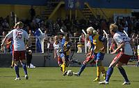 Fussball, 2. Bundesliga, Frauen. Lok Leipzig gegen HSV II. im Bild: Safi Nyembo wuselt sich durch die Hamburger Abwehrreihe. .Foto: Alexander Bley