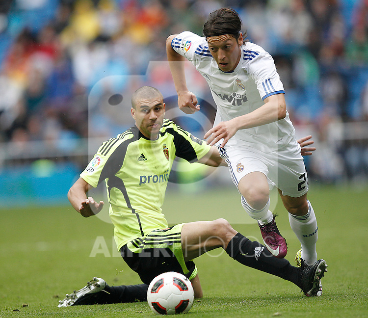 Real Madrid's Mesut Ozil and Zaragoza's Diogo  during Spanish League match on April 30, 2011...Photo: Cebolla Cid-Fuentes / ALFAQUI