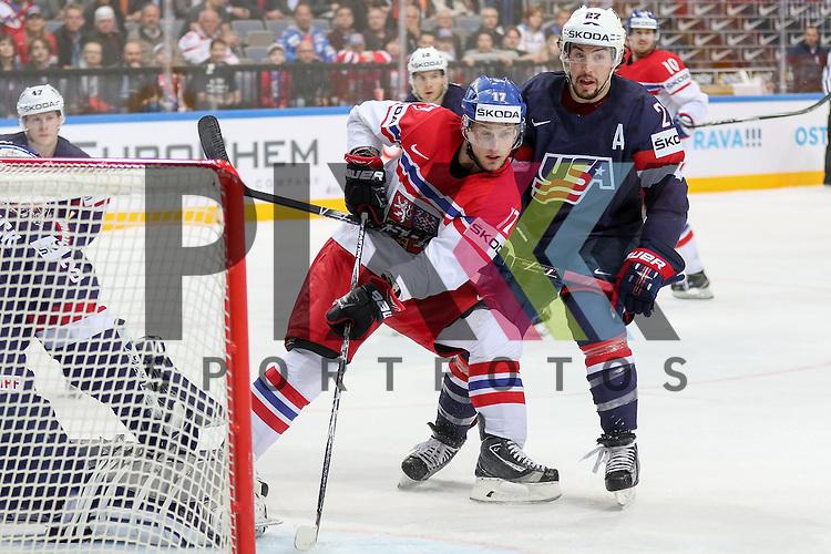 Tschechiens Sobotka, Valdimir (Nr.17)(Avangard Omsk) im Zweikampf mit USAs Faulk, Justin (Nr.27)(Carolina Hurricanes) direkt vor dem Tor von USAs Hellebuyck, Connor (Nr.37)(St. Johns IceCaps)  im Spiel IIHF WC15 USA vs. Czech Republic.<br /> <br /> Foto &copy; P-I-X.org *** Foto ist honorarpflichtig! *** Auf Anfrage in hoeherer Qualitaet/Aufloesung. Belegexemplar erbeten. Veroeffentlichung ausschliesslich fuer journalistisch-publizistische Zwecke. For editorial use only.