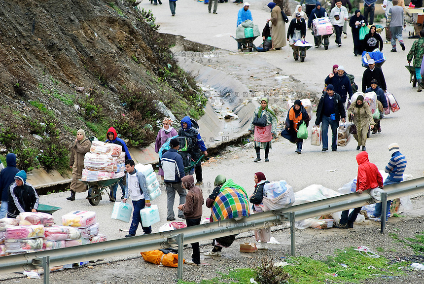El Biutz, la strada di circa tre chilomentri che costituisce il punto di passaggio illegale delle merci tra Ceuta e il Marocco costantemente percorsa da portatori. Ceuta, 8 febbraio, 2010<br /> <br /> El Biutz, the road of about three kilometers that is the illegal goods passage beetwen Ceuta and Morocco. Ceuta, February 8, 2010
