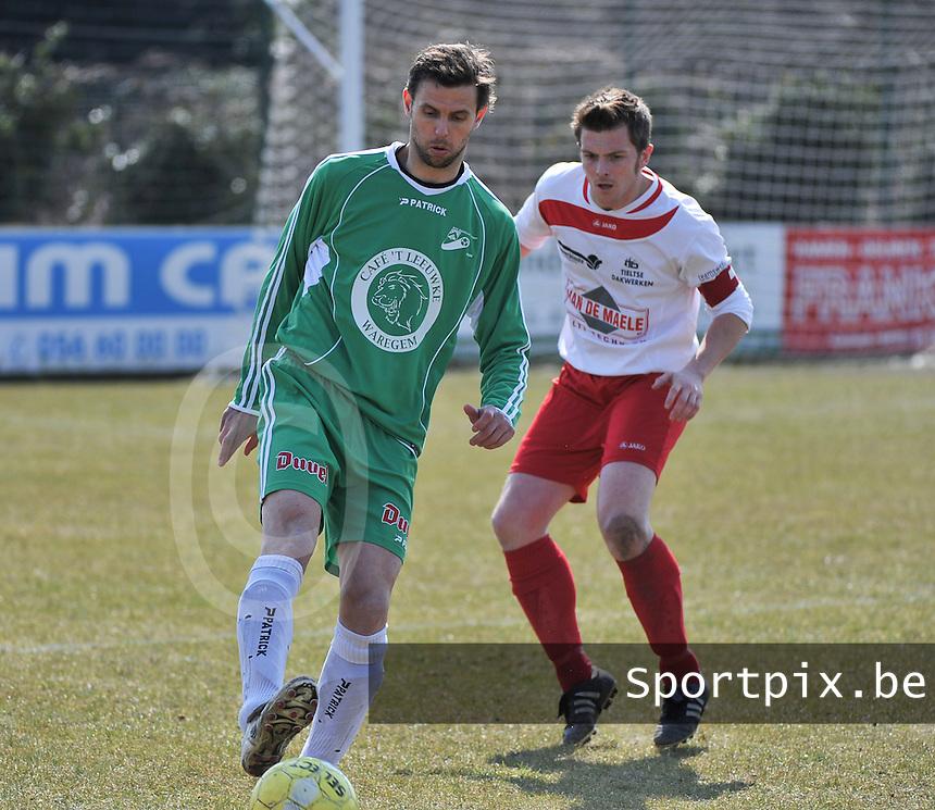 Deerlijk Sport  - KSV Meulebeke : Nico Vereecke aan de bal voor Tom Ovaere (rechts).foto VDB / BART VANDENBROUCKE