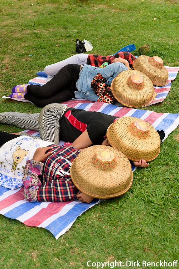 G&auml;rtnerinnen bei der Siesta im Park, Sanya auf der Insel Hainan, China<br /> gardeners sleeping in park, Sanya,  Hainan island, China