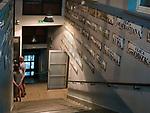 """Kraków, 2018-09-06. Przedwojenne tablice z nazwami ulic, fragment stałęj ekspozycji. Fabryka """"Emalia"""" Oskara Schindlera – fabryka założona w 1937 jako miejsce produkcji wyrobów emaliowanych i blaszanych. Wydzierżawiona, a potem przejęta przez niemieckiego przedsiębiorcę Oskara Schindlera w 1939, Schindler zatrudniał w niej zagrożonych eksterminacją Żydów. Aktualnie w dawnym budynku administracyjnym Fabryki Emalia Oskara Schindlera przy ul. Lipowej 4 mieści się wystawa """"Kraków – czas okupacji 1939–1945"""" dokumentującej okres niemieckiej okupacji miasta w latach 1939-1945."""