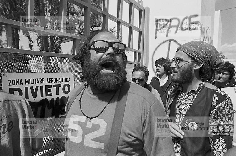 - manifestation against the base of USA Cruise missiles in Comiso (Sicily)....- manifestazione contro la base dei missili  Cruise USA a Comiso..