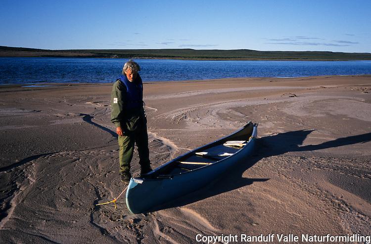 Mann og kano på sandbanke i Thelon River, Canada. ---- Man and canoe on sand bank in Thelon River, Canada.