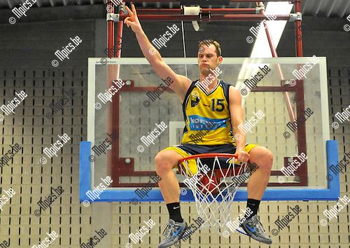 2013-03-10 / basketbal / seizoen 2012-2013 / BBC Geel - BBC Houthalen B / Peter Vandeweyer (BBC Geel) viert hoog boven iedereen de titel