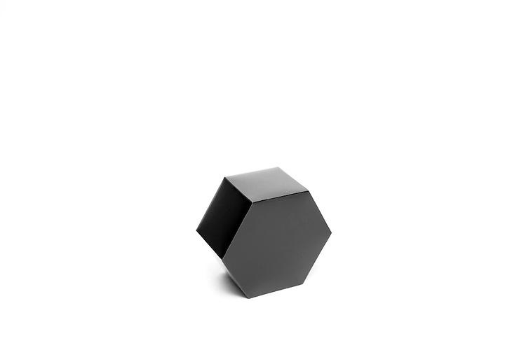 Clare Strand<br /> Spaceland (Black) :  Formes g&eacute;om&eacute;triques r&eacute;alis&eacute;es &agrave; partir de papier photographique<br /> -----<br /> Clare Strand<br /> Spaceland (Black): Geometric Shapes made out of Photographic paper